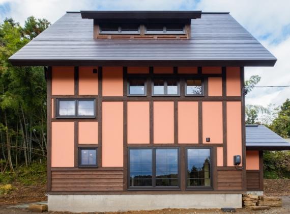 里山に映える、 鮮やかな現代の古民家。